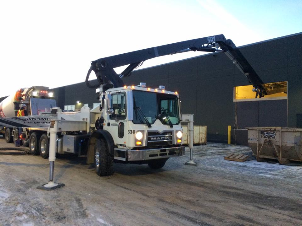 white DY Concrete Pumps 33 Meter 5 Section ZZ Fold concrete pump in operation